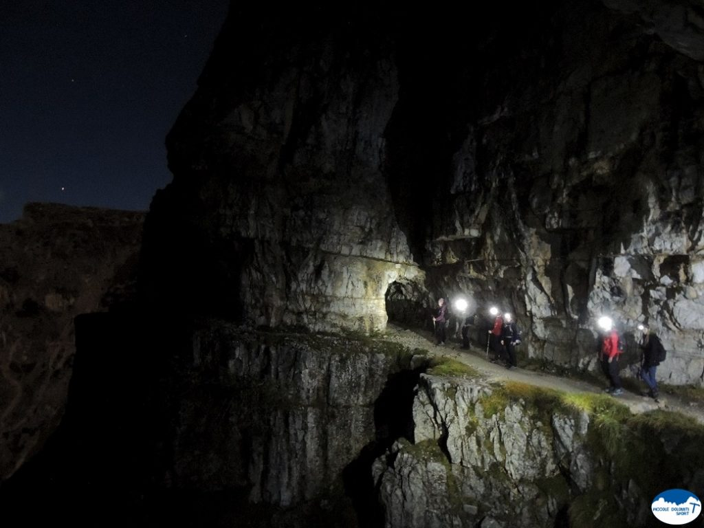 strada delle 52 gallerie in notturna