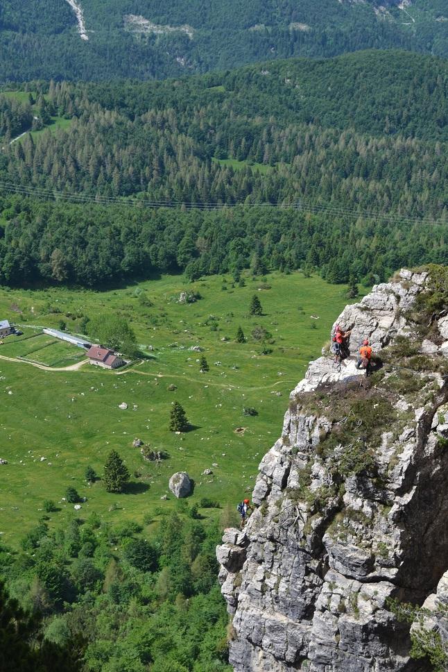Alpinisti durante la salita, sullo sfondo Malga Bovental